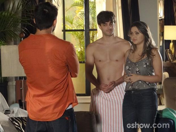 André vai visitar Bárbara e dá de cara com Lucas só de toalha na casa dela (Foto: Em Família/TV Globo)