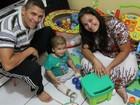 'A coluna dele não tinha fechado': Mãe relata busca por tratamento em recém-nascido, no Brasil e no exterior