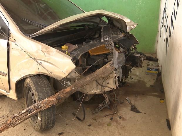 Carro tinha acabado de ser roubado e colidiu com a motocicleta (Foto: Reprodução/TV Paraíba)