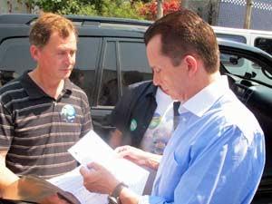 Celso Russomanno avalia documento apresentado por eleitor (Foto: Tatiana Santiago/G1)