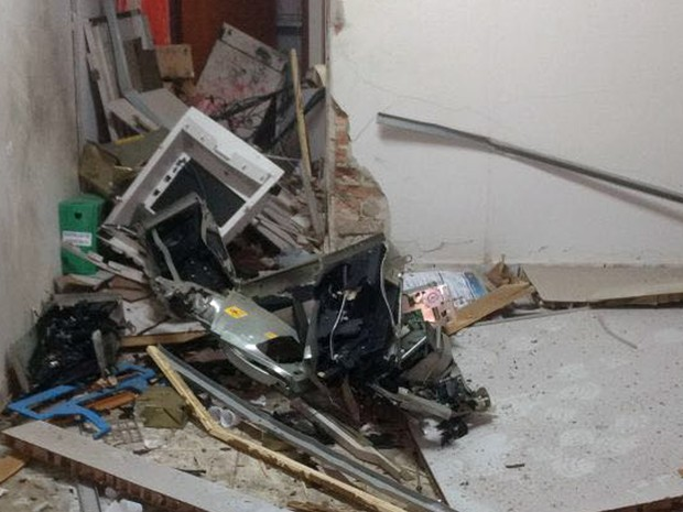 Criminosos explodiram caixas eletrônicos em agências bancárias de Senador Amaral nesta quarta-feira (1º) (Foto: Polícia Militar)