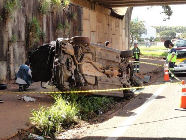 A motorista perdeu o controle do veículo e caiu do viaduto.  (Foto: Polícia Rodoviária/divulgação)