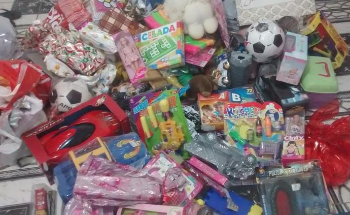 Montante de brinquedos que foram arrecadados no desafio solidário de futebol americano (Foto: Divulgação)