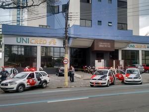 Duas pessoas são baleadas em assalto na região central de São José (Foto: Wanderson Borges/ TV Vanguarda)