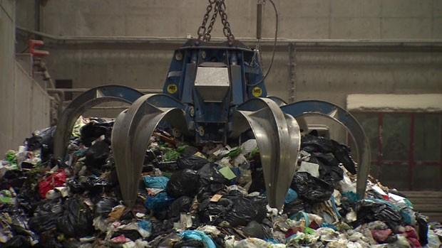 Quatro toneladas de lixo tem o mesmo potencial energético do que uma tonelada de óleo combustível. (Foto: BBC)