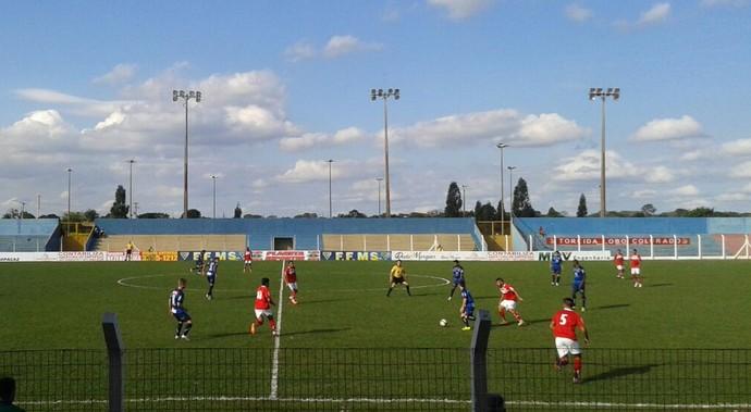 Lance entre Comercial-MS e Aparecidense no estádio Jacques da Luz (Foto: Átilla Eugênio/TV Morena)