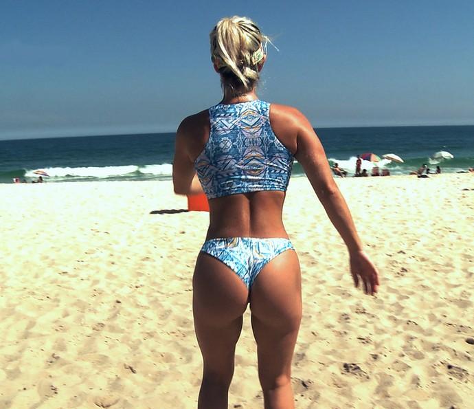 Laura Keller faz exercício na areia (Foto: Gshow)