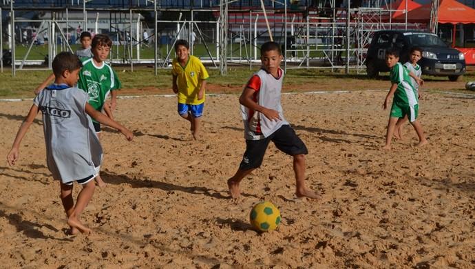 """Alunos do projeto """"Bom de bola, bom na escola"""" (Foto: Jonatas Boni)"""