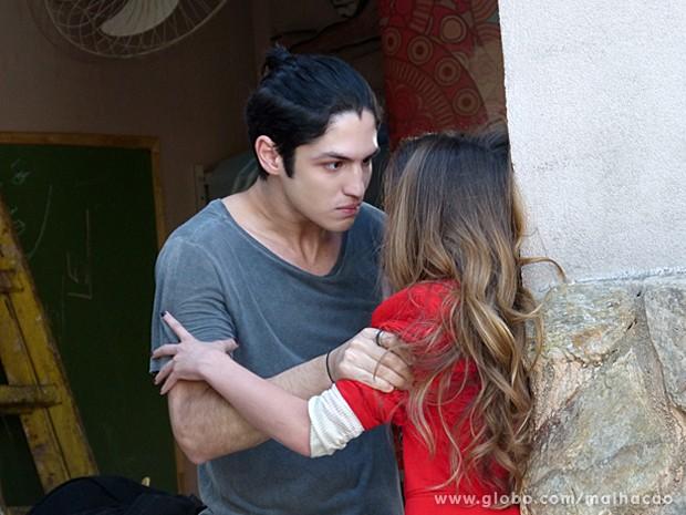 Antônio segura Flaviana com força e esculacha a patricinha (Foto: Malhação / TV Globo)
