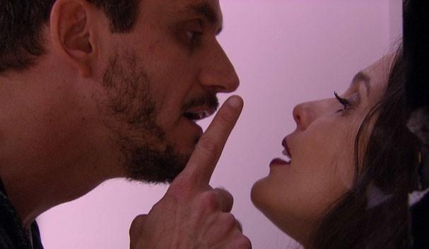 Marcos coloca dedo na cara de Emilly  (Foto: TV Globo)