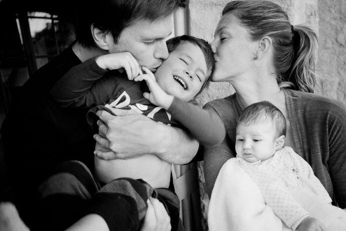 Gisele, Tom  Brady e os filhos em clique de Mario Testino (Foto: Divulgação)