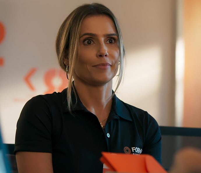 Tânia fica tensa ao ser chamada na sala do chefe... (Foto: TV Globo)
