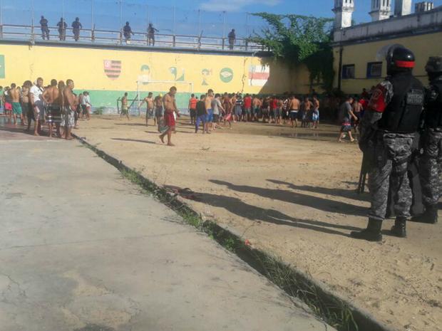 Presos estão na área externa da Vidal Pessoa (Foto: Divulgação/Polícia Militar)