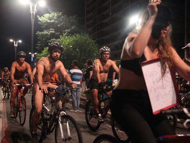 Ciclistas participam da pedalada pelada na Avenida Paulista (Foto: Fábio Tito/G1)