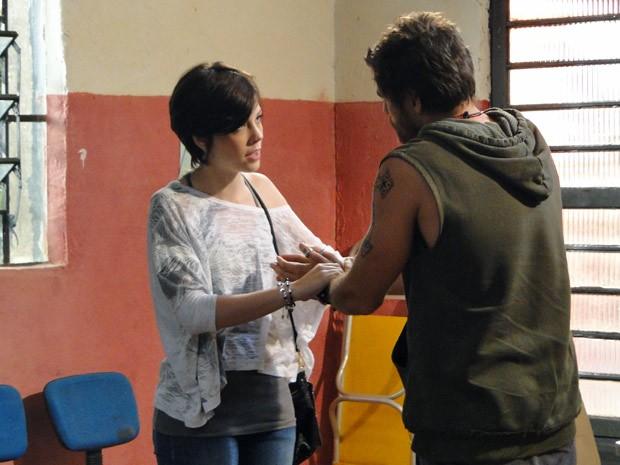 A garota ameaça voltar para o Canadá, Moisés fica bolado (Foto: Malhação / Tv Globo)
