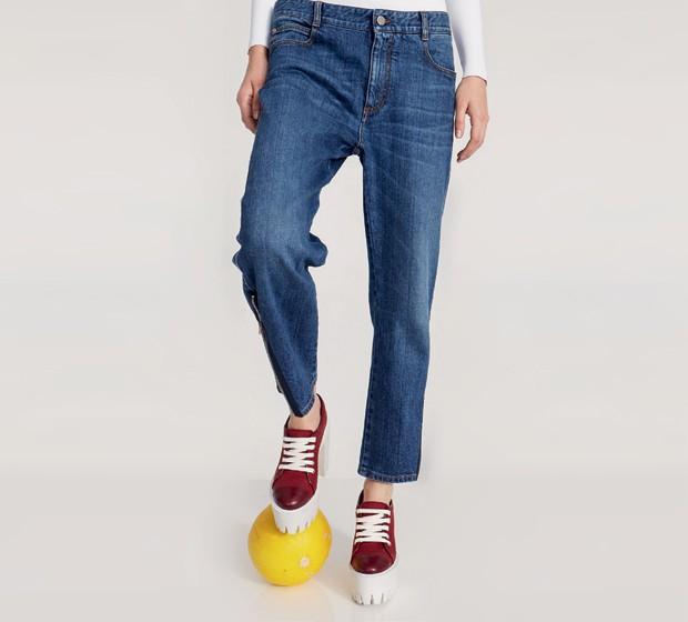 """Pela primeira vez a estilista lança uma linha exclusivamente de calças jeans cujo ponto alto é a modelagem de alfaiataria e o algodão orgânico, com processos de lavagem 100% ecológicos. """"Jeans faz parte da vida de todo mundo, é um clássico do cotidiano"""", diz. Ao todo, são dez modelos, com 20 tipos de lavagens diferentes (Foto: Divulgação)"""
