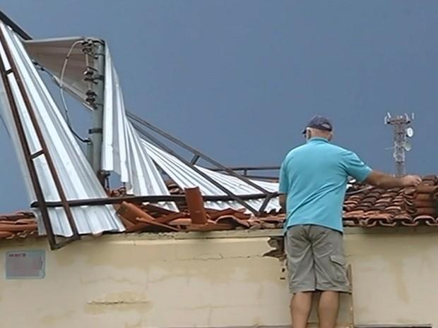 Casas ficaram destelhadas após forte chuva em Catalão, Goiás (Foto: Reprodução/TV Anhanguera)