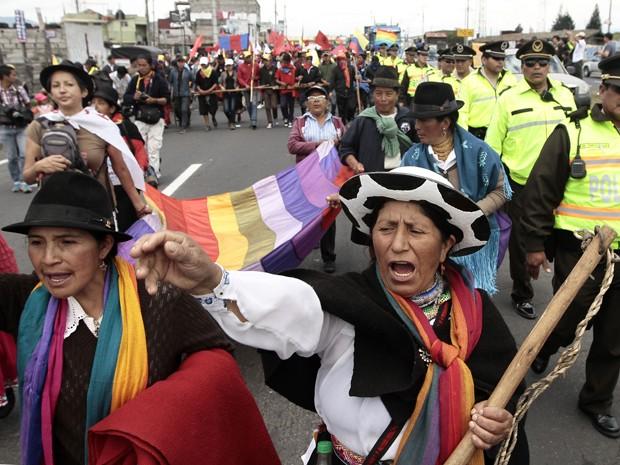 Indígenas gritam frases contra o governo durante manifestação em Machachi, no Equador, na terça (11) (Foto: AFP Photo/Juan Cevallos)