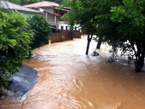 Rio transbordou após chuva no distrito de Cachoeira do Brumado, em Mariana (Foto: Defesa Civil de Mariana / Divulgação)
