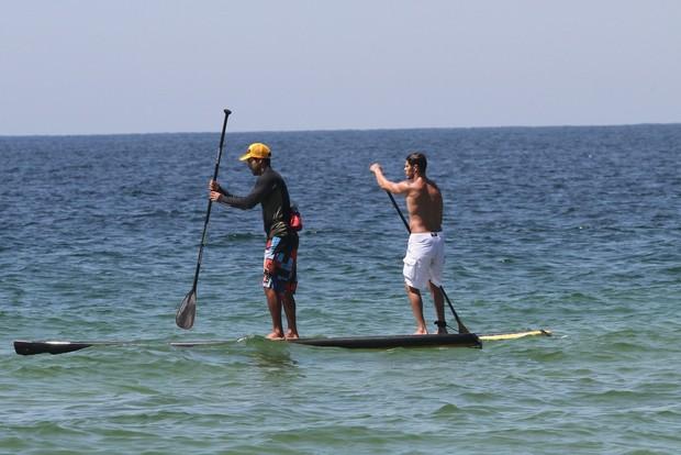 José Loreto na praia (Foto: Wallace Barbosa/AgNews)