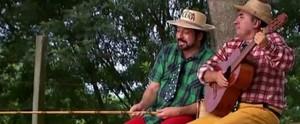 Zé Bento e Tôcera cantam para espantar a dengue do interior paulista (Reprodução/TV TEM)