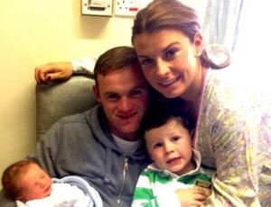 Rooney ao lado da esposa e dos filhos (Foto: Reprodução / Twitter)