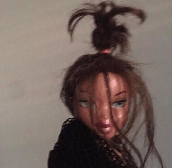 Duckie Thot postou a foto de uma boneca ao entrar na brincadeira (Foto: Reprodução / Twitter)