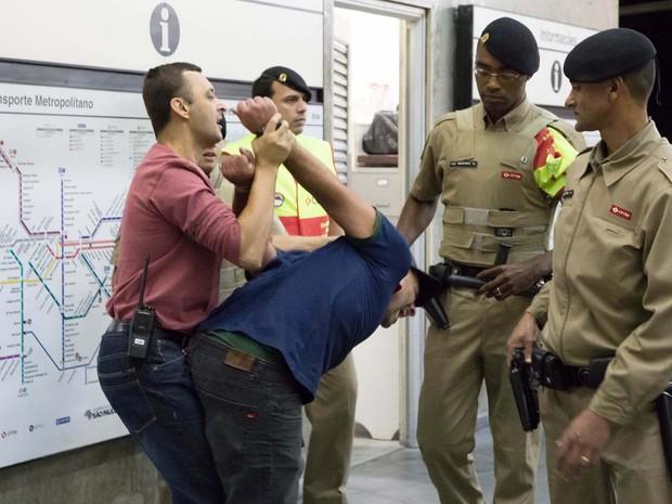 Homem é detido na estação Brás do Metrô, durante a paralisação dos metroviários em São Paulo, SP, nesta sexta-feira (6) (Foto: Paulo Lopes/Futura Press/Estadão Conteúdo)
