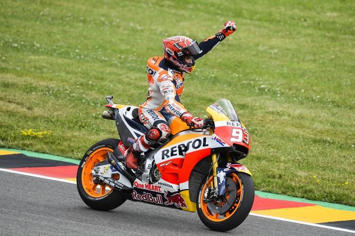 Marc Márquez comemora vitória no GP da Alemanha (Foto: ROBERT MICHAEL / AFP)