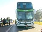 Ciclista tenta cruzar rodovia, é atingido por ônibus e morre em Brodowski, SP
