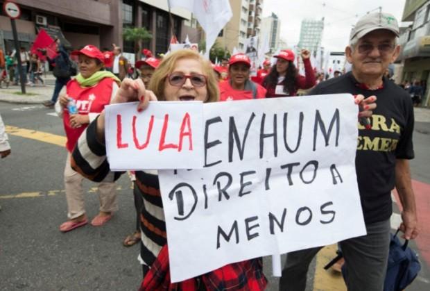 Ato na praça Santos Andrade dos movimentos em defesa da democracia em Curitiba (Foto: Lula Marques / AGPT)