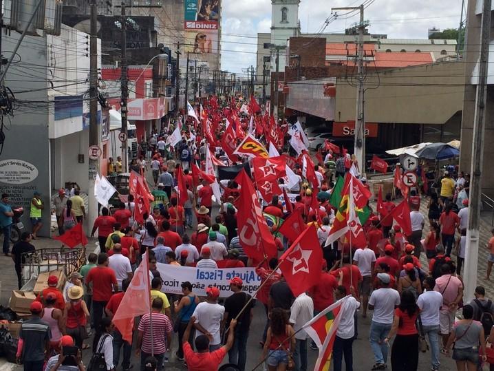 Mil pessoas protestam nas ruas de Maceió, segundo a PM.