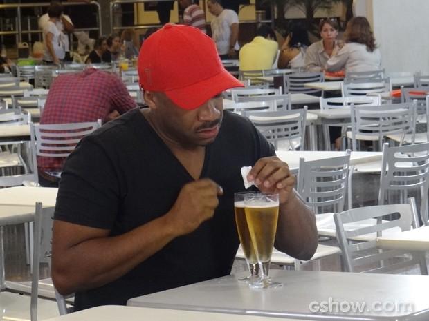 """Estuprador aproveita que Alice foi ao banheiro e """"batiza"""" a bebida da menina (Foto: Em Família / TV Globo)"""