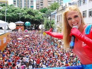 Carla Perez sobre no trio com o Bloco Algodão Doce (Foto: Divulgação/ Prefeitura de Campos dos Goytacazes)