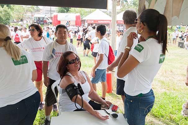 Aferição de pressão arterial foi um dos serviços oferecidos (Foto: Rodrigo Oliveto)