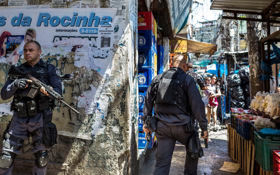 Policiais patrulham rua da Rocinha  (Foto: Ana Carolina Fernandes/ÉPOCA)