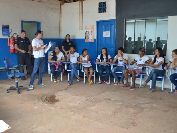 Os estudantes ouviram relatos dos detentos sobre a vida atrás das grades. (Foto: Magda Oliveira/G1)