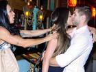 Com empurrãozinho de Scheila Carvalho, Mari Gonzalez beija Jonas