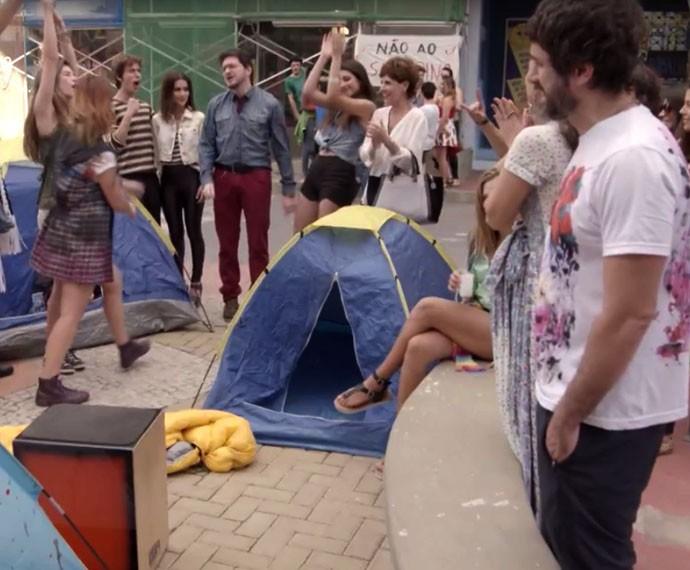 A galera é expulsa da fábrica (Foto: TV Globo)