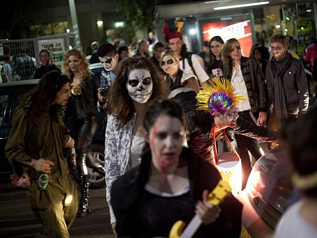 Zumbis marcham em festival de Tel Aviv, em Israel, Saturday, no dia 23 de fevereiro (Foto: Ariel Schalit/AP)