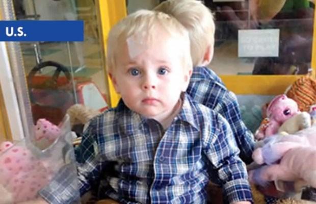 Colin Lambert ficou preso em máquina de brinquedos (Foto: Reprodução/YouTube/TomoNews US)