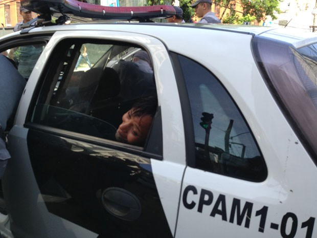 Polícia prende mulher na Cracolândia (Foto: Letícia Macedo/G1)