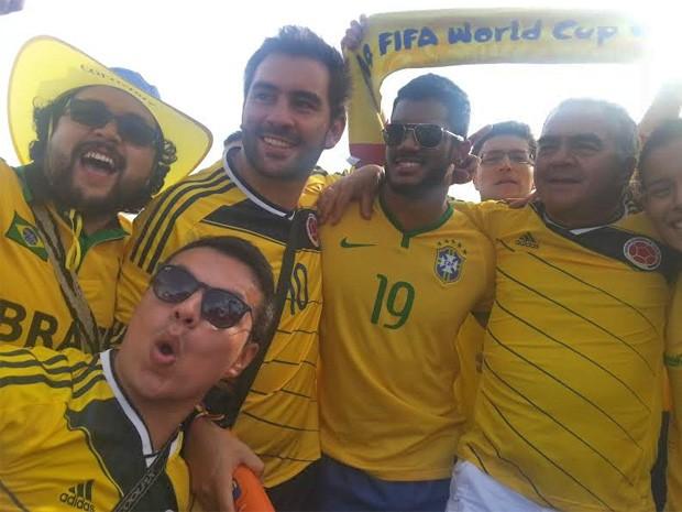 Sósia do jogador Hulk posa com fãs durante a Fifa Fan Fest, em Brasília (Foto: Raquel Morais/G1)