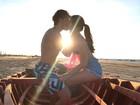 Camila Queiroz beija Klebber Toledo e se declara para o namorado