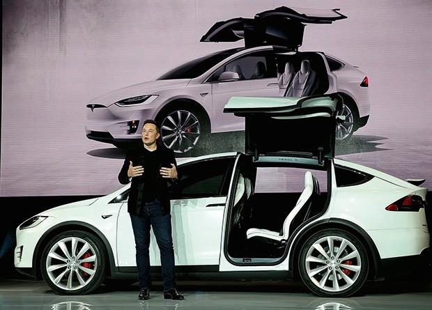 """Tecnologia;Ciência;Interfaces Musk, dos carros elétricos Tesla, criou a Neuralink para estudar como remediar a redução de nosso Q.I. perante máquinas cada vez mais """"humanas"""" (Foto: Justin Sullivan/Getty Images)"""