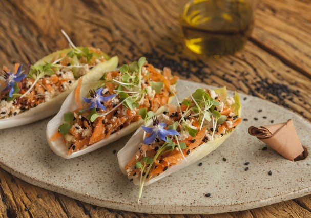 Salada de tofu, cenoura e salsão na folha de endívia (Foto: Divulgação)
