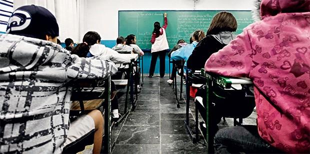 IMÓVEIS Alunos numa escola estadual em São Paulo. No Brasil, a qualidade do ensino público está estagnada (Foto: Apu Gomes/Folhapress)