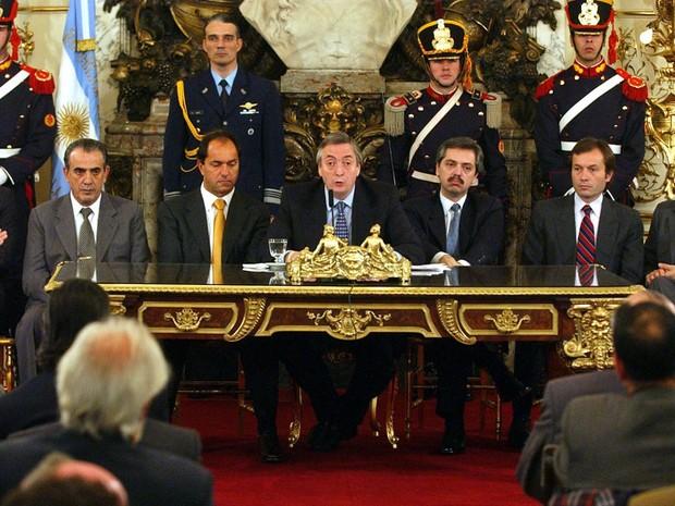 Logo após assumir a presidência, em junho de 2003, Néstor Kirchner discursa na casa do governo em Buenos Aires. (Foto: Natacha Pisarenko/AP)