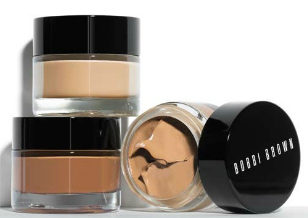 Na hora da base, aposte nas com efeito lifting, como a Bobbi Brown Extra Repair Foundation. (Foto: Reproduo/ 40 Forever)