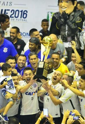 Vander Carioca e Deives erguem o troféu de campeão da LNF (Foto: Marcos Ribolli)